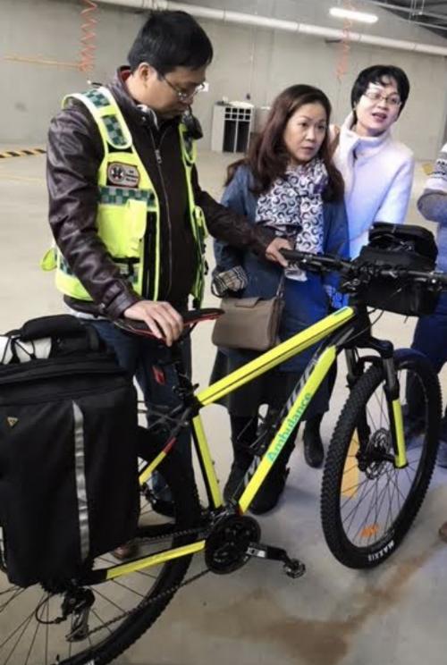 Xe đạp được sử dụng trong những tình huống giao thông phức tạp xe cứu thương cỡ nhỏ và cỡ lớn không tiếp cận được hiện trườngcứu thương được trang bị thuốc và những trang thiết bị không thể thiếu trong cấp cứu những trường hợp ngưng tim như thuốc, oxy, máy đo huyết áp, máy sốc điện& Ảnh: SYT