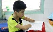 Cậu bé không tay chân học viết chữ bằng mỏm cụt