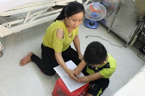 Chị Mãnh (mẹ Gia Lâm) lúc nào cũng ở bên con, chăm sóc con từng li từng tý và động viên con vượt lên nghịch cảnh.