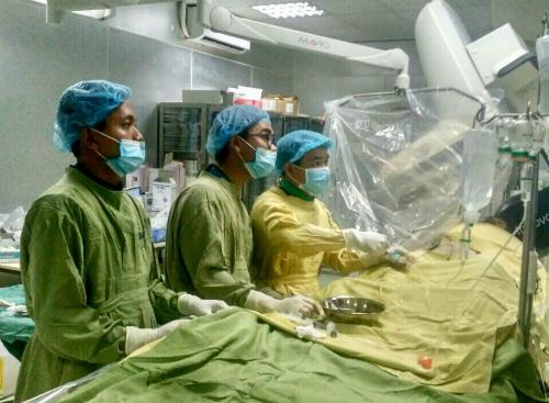 Ê kíp can thiệp gồm Bệnh viện Thống Nhất và hai bác sĩ Phạm Huỳnh Minh Trí, Trần Văn Đấu từ Bệnh viện Đa khoa Trung tâm An Giang trực tiếp phối hợp can thiệp mạch vành cấp cứu cho bệnh nhân. Ảnh: M.T