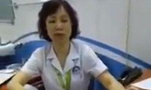 Kỷ luật nữ bác sĩ gác chân lên ghế đối thoại người nhà bệnh nhân