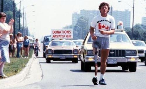 Terry Fox dù mất một chân vì bị ung thư, nhưng anh vẫn chạy hàng ngàn km để gây quỹ nghiên cứu cách chữa trị căn bệnh này.