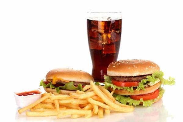 Không kiểm soát chế độ ăn làm đường huyết tăng cao.