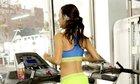 Cô gái chạy bộ liên tục giữa 7 máy chạy