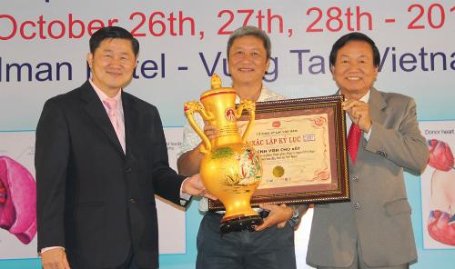 PGS TS Nguyễn Trường Sơn  Giám đốc bệnh viện Chợ Rẫy đại diện đón nhận bằng xác lập Kỷ lục