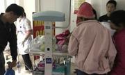 Bố mẹ xách bình ôxy đưa 10 bé sơ sinh Bắc Ninh chuyển viện về Hà Nội
