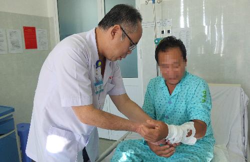 Bác sĩ Mai Bá Tiến Dũng thăm khám cho bệnh nhân. Ảnh: T.N