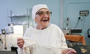 Nữ bác sĩ 90 tuổi vẫn mổ hàng trăm bệnh nhân mỗi năm