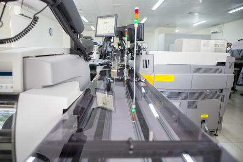Hệ thống máy có tốc độ băng chuyền nhanh nhất hiện nay đặt tại Bệnh viện Chợ Rẫy, lên đến 3600 mẫu/ giờ. Ảnh: T.P