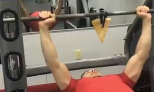 Chàng trai vừa tập gym vừa ăn pizza hấp dẫn triệu người xem