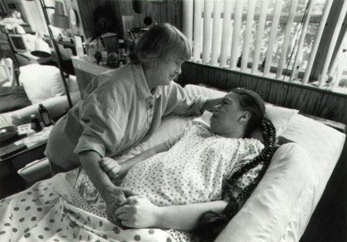 Kathryn túc trực bên con gái. Ảnh: CNN.