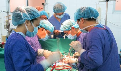 Các bác sĩ tiến hành ca ghép tim. Ảnh: Bệnh viện cung cấp.