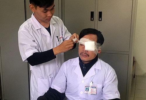 Bác sĩ Nghĩa được đồng nghiệp băng bó tạm vết thương.