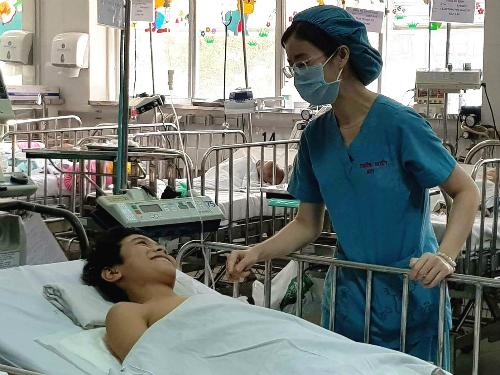 Hai ca mổ bóc tách khối bướu cột sống cho bé trai 12 tuổi