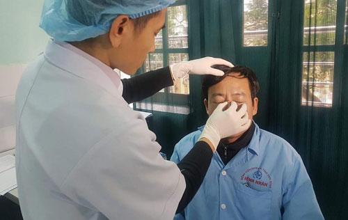 Bác sĩ Nghĩa được chăm sóc vết thương trên mũi. Ảnh: Hà Dung.