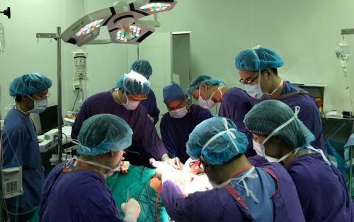 Các bác sĩ mất 7 giờ để cắt khối u trên lưng nặng 15 kg. Ảnh: Bệnh viện cung cấp.