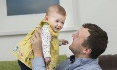Em bé sinh ra từ tinh trùng đông lạnh của người bố ung thư