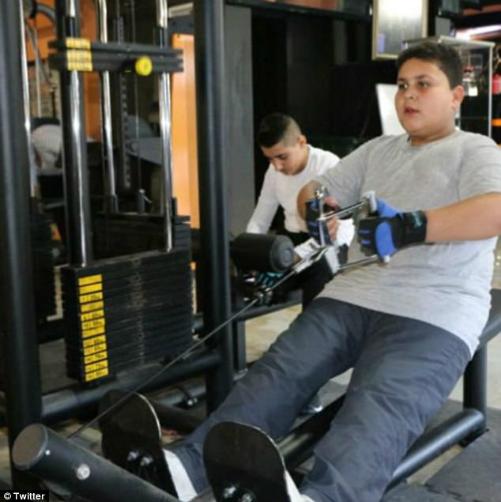 Bức ảnh cậu bé đánh giày đứng ngoài phòng gym gây xúc động
