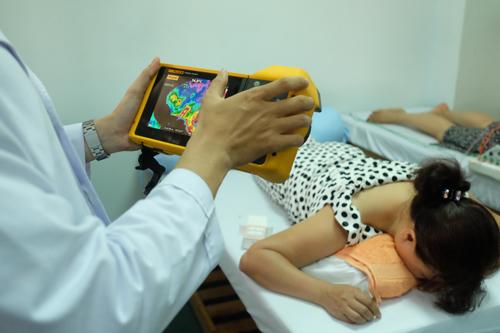Bác sĩ Phát sử dụng camera nhiệt Fluke khám cho bệnh nhân bị đau vai gáy.