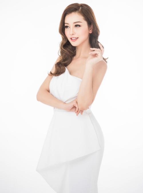 Dù đã ở tuổi băm nhưng Jennifer Phạm vẫn là bà mẹ 3 con quyến rũ nhất showbiz Việt