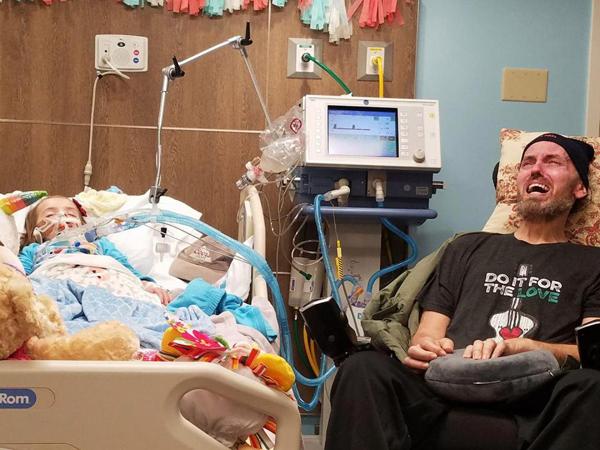 Ông ngoại bệnh tật khóc nức nở bên giường bệnh cháu gái ung thư