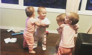 Những cô bé sinh tư ôm nhau ngọt ngào