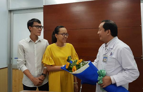 Tiến sĩ Nguyễn Anh Dũng, Giám đốc Bệnh viện Nhân dân Gia Định chúc mừng bệnh nhân thuyên tắc ối xuất viện. Ảnh: Lê Phương.