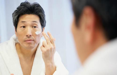 Dù không trang điểm, bạn cũng cần rửa mặt thật sạch sẽ để làm sạch lỗ chân lông. Ảnh: MH.