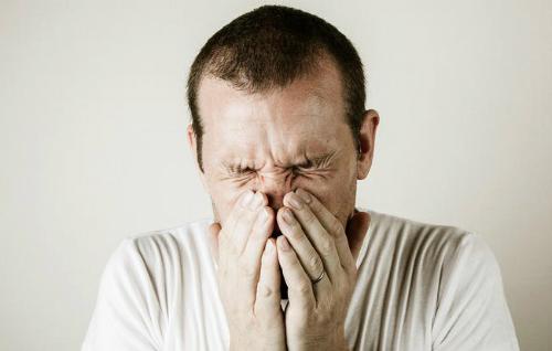 Người đàn ông nhịn hắt xì đến mức 'thủng' cổ