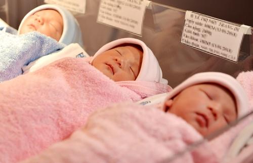 Bà mẹ Sài Gòn sinh ba tự nhiên cân nặng 2,4 kg mỗi bé