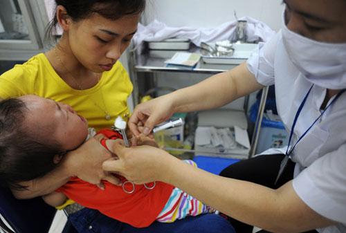 Hiện trẻ được tiêm sởi mũi 1 lúc 9 tháng tuổi. Ảnh: Q.Đ.