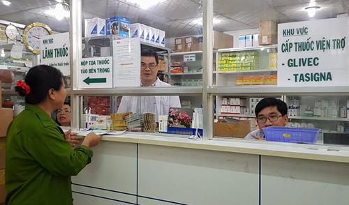 Thay thuốc trị ung thư máu trong khi chờ thuốc viện trợ