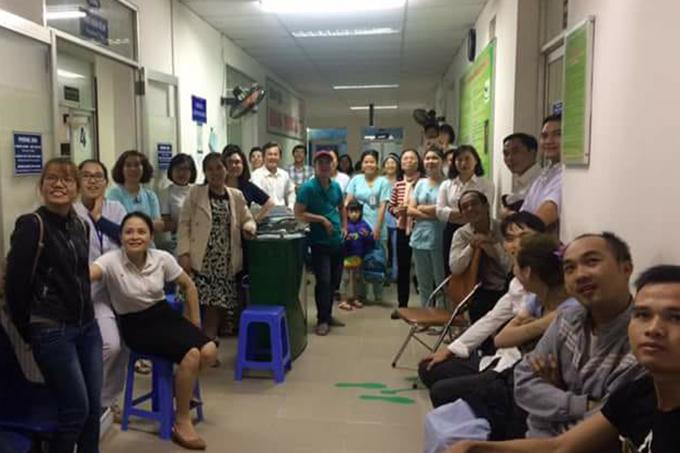 Bệnh nhân quên đau cùng bác sĩ hò hét cổ vũ U23 Việt Nam