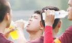 Cầu thủ bóng đá uống nước thế nào khi thi đấu
