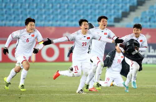 Các cầu thủ U23 Việt Nam đem theo áo ấm và găng tay khi thi đấu dưới tiết trời lạnh ở Trung Quốc. Ảnh: Anh Khoa.