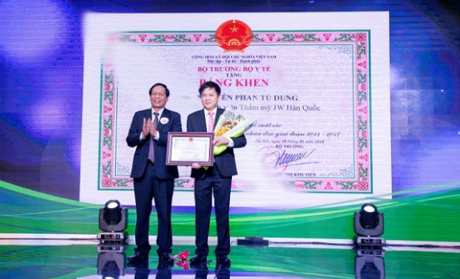 Ông Đào Chính - Phó Chánh văn phòng Bộ Y tế, Hàm vụ trưởng, Trưởng Văn phòng đại diện cơ quan Bộ Y tế phía Nam trao bằng khen cho Tiến sĩ, bác sĩNguyễn Phan Tú Dung - Giám đốc Bệnh viện JW