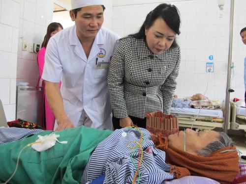 Bộ trưởng Y tế Nguyễn Thị Kim Tiến thăm quà bệnh nhân điều trị tại Trung tâm Y tế huyện Yên Lạc, Vĩnh Phúc; được hợp nhất từ một bệnh viện, hai trung tâm y tế dự phòng và an toàn vệ sinh thực phẩm.