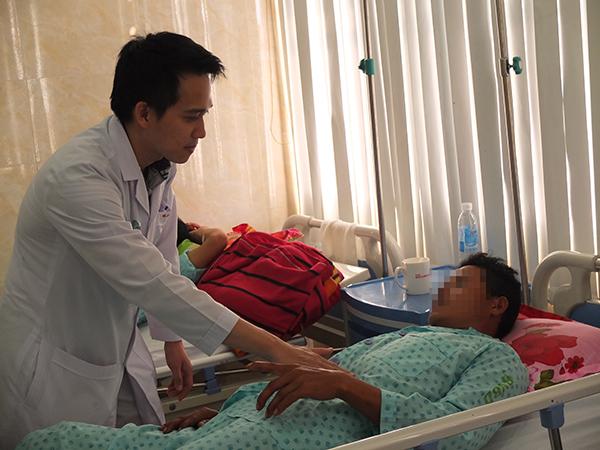Bác sĩ thăm khám cho bệnh nhân bị mất da vùng sinh dục. Ảnh: T.N