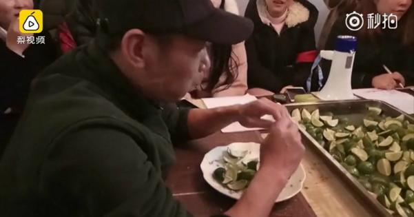 Người đàn ông ăn hơn 100 miếng chanh. Ảnh: Pear.