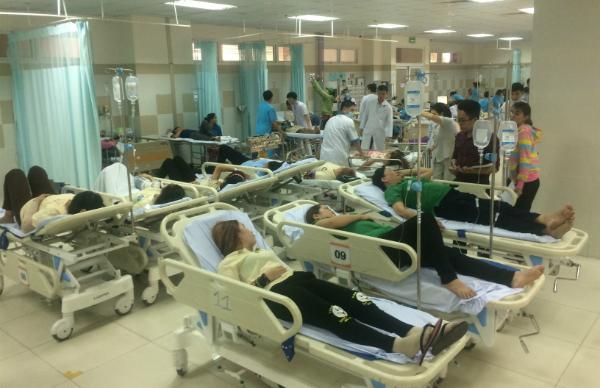 Công nhân đang được điều trị tại Bệnh viện Đa khoa Mỹ Phước. Ảnh: Nguyệt Triều.