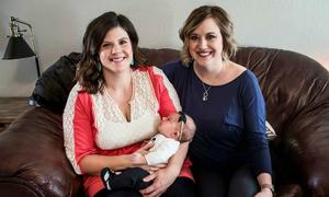 Bà mẹ vừa mất con cứu đứa trẻ khác bằng sữa của mình
