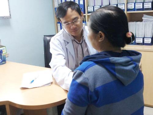 Bác sĩ Nguyễn Như Vinh đang thăm khám cho bệnh nhân. Ảnh: TT.