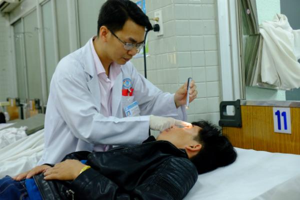 Nam bệnh nhân cấp cứu tại Bệnh viện Chợ Rẫy với tổn thương mắt. Ảnh: C.R