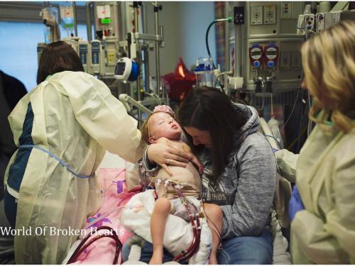 Mẹ Adalynn đau đớn ôm con gái vừa qua đời. Ảnh: Photographer Suha Dabit.