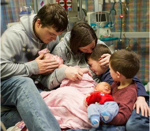 Cả gia đình ôm Adalynn lần cuối. Ảnh: Photographer Suha Dabit.