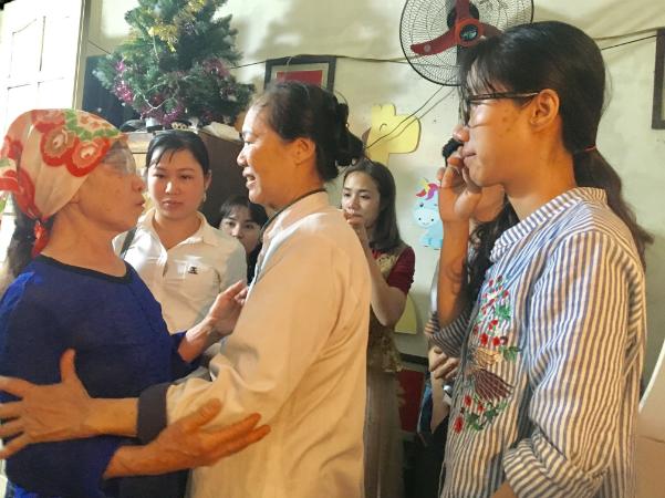 Chị Dương và mẹ xúc động khi gặp bệnh nhân nhận giác mạc của hải An. Ảnh: Lê Nga.