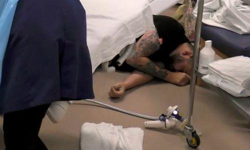 Ben bất tỉnh trên sàn bệnh viện ngay trước thời điểm con gái đầu lòng chào đời. Ảnh: Channel 4.
