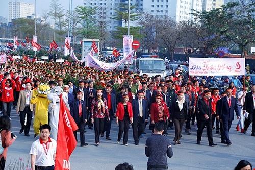 Đội hình đi bộ cổ động hiến máu trên tuyến phố Phạm Văn Bạch,thu hút không chỉ người dân tham gia mà còn có cả sự góp mặt của lãnh đạo Bộ Y tế,thành phố Hà Nội, đại biểu các bộ, ngành, các đoàn thể Trung ương và Hà Nội, các nghệ sĩ và vận động viên...
