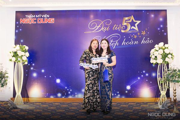 Buổi tiệc là dịp để Ngọc Dung tri ân khách hàng, tặng hàng nghìn suất làm đẹp cũng như các phần quà giá trị.