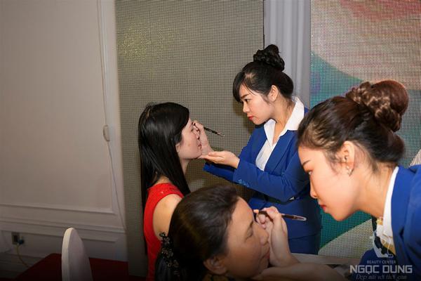 Chị em còn được tham gia chương trình làm đẹp trực tiếp trên sân khấu với các dịch vụ đang được yêu thích hiện nay tại Ngọc Dung gồm: vẽ phác thảo chân mày Hàn Quốc, giảm mỡ Lipo Hifu, laser than hoạt tính, trẻ hóa, xóa nhăn vùng mặt bằng Super Hifu.